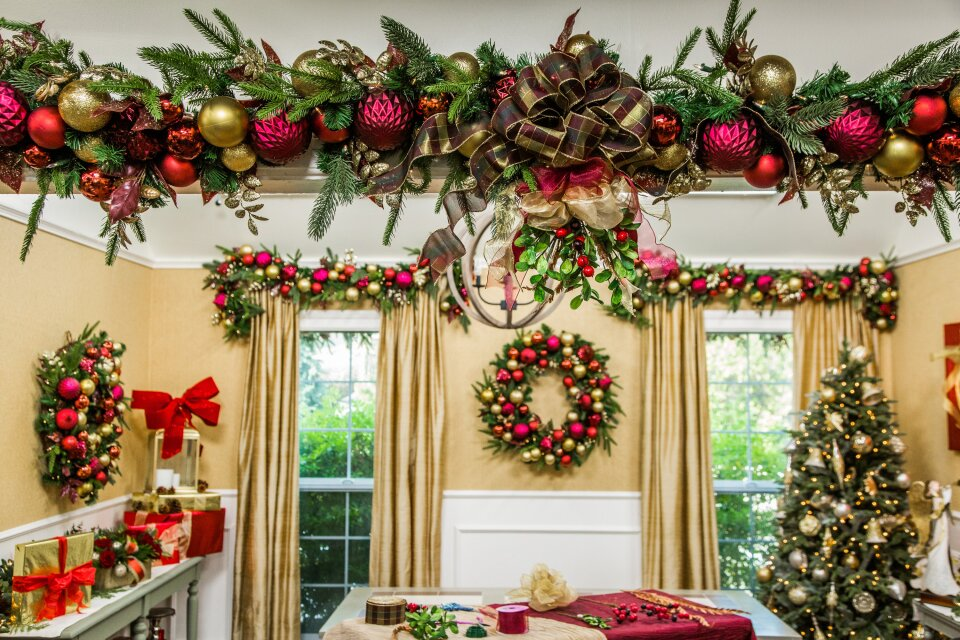 DIY Mistletoe Arch